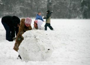 kids_making_snowman